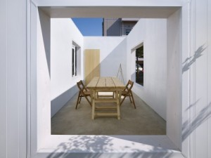 no-roof-box-structure-outdoor-dining-area-house7-500x375