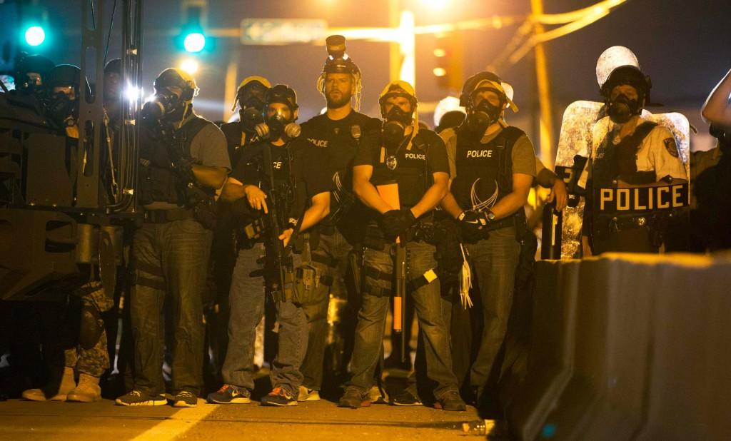 140813-ferguson-police-4a_3a7648258ae347d2b8abc913451f157c